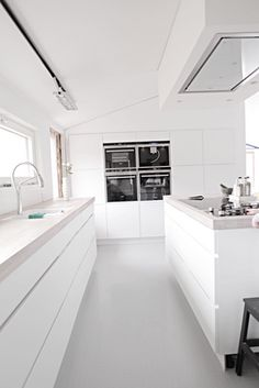 Modern all white kitchen Modern Kitchen Cabinets, Kitchen Dinning, New Kitchen, Kitchen Interior, Kitchen Decor, Minimal Kitchen, Concrete Kitchen, Cuisines Design, Küchen Design