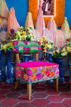Un único par de sillas tapizadas con bordado tradicional por BirBor
