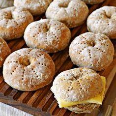 Skållade hålkakor - nygräddade med smör och ost
