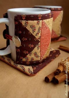 Mug cozy. How cute, a mug cozy and matching mat.cute gift with some fancy coffee and a pretty mug.and maybe a chocolate spoon. Small Quilts, Mini Quilts, Quilting Projects, Sewing Projects, Small Quilt Projects, Quilting Tips, Hand Quilting, Fabric Crafts, Sewing Crafts