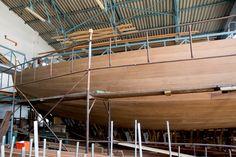 Ο Θοδωρής Τσίκης επιμένει να κατασκευάζει ξύλινα παραδοσιακά σκάφη στο Πέραμα Basketball Court, Ships