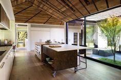 Die Küche mit Ansicht zum kleineren Innenhof