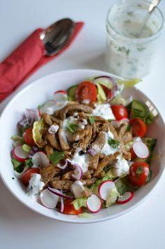 Recept: shoarma salade met komkommer, tomaat, radijs en rode ui! Uiteraard geserveerd met knoflooksaus!