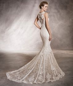 AURA - Wedding dress in tulle and lace with a round neckline and mermaid cut | Pronovias