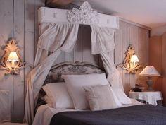 Chambre à coucher. Ciel de lit Le Grenier d'Alice. Shabby chic, romantique, deco charme