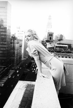 Marilyn Monroe at the Ambassador Hotel, New York, Poster von Ed Feingersh bei AllPosters.de Marilyn Monroe at the Ambassador Hotel, New York, Poster von Ed Feingersh bei AllPosters. Divas, James Dean, James Joyce, Classic Hollywood, Old Hollywood, Hollywood Actresses, Photos Rares, Ambassador Hotel, Poster Online
