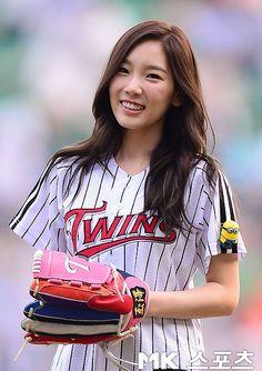 130827+taeyeon+and+seohyun+at+lg+twins+and+nexen+heroes+baseball+game+jamsil+stadium+(21).jpg (500×708)