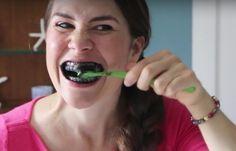 Du willst deine Zähne weiß bekommen? Dann probier diesen Trick. was du dafür brauchst: Eine Zahnbürste (diese solltest du ausschließlich für diesen Trick benutzen) und Aktivkohle-Kapseln