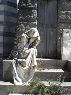 Escultura exenta sedente.Esta hecha de piedra. La textura es lisa con pliegues que recorren toda la vestimenta y el acabado es opaco.Tiene un color grisáceo y blanco.Con el gesto de las manos en la cara esta expresando un sentimiento de una gran pena y angustia.Esta figura se encuentra en un cementerio que esta detrás de la iglesia de San Miniato en Florencia.Las dimensiones fueron esculpidas a tamaño real.