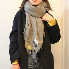 """Emma/エマ on Instagram: """". 先日upした カジュアルなアフガン風巻き方🌿 . . カラーニットってやっぱり雰囲気変わって新鮮🌿 買って正解だった💛💛 . また今週雪降るのかな🙈☃️ 寒いの苦手。。 . 動画は▶︎▶︎#ema動画 でみれます🌱 . . .…"""" Scarf Wearing Styles, Scarf Styles, Korea Fashion, Asian Fashion, Korean Outfits, Japanese Fashion, Fashion Outfits, Womens Fashion, Everyday Fashion"""