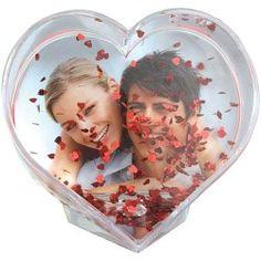 İçinde minik minik kalplerin uçuştuğu, çocukken seyretmeye doyamadığımız kar kürelerinden esinlenerek yapılmış kalp şeklindeki su küresini hediye etmeden evvel sevgilinizle çekildiğiniz fotoğrafı içine yerleştirmeyi unutmayın. Böylelikle küçük fakat etkili bir jest yapmış olacaksınız. Ürün detayları için: http://www.buldumbuldum.com/hediye/waterglobe_heart_shaped_photo_display_kalp_seklinde_su_kuresi_fotograf_cercevesi/