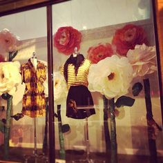 Simple Hands: Well Crafted: A Window Display Tissue Flowers, Giant Paper Flowers, Diy Flowers, Spring Window Display, Window Displays, Flower Shop Interiors, Window Art, Window Ideas, Visual Display