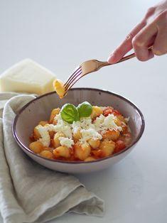 Gnocchi s omáčkou z čerstvých rajčat a s mozzarellou jsou jedním z mých nejoblíbenějších jídel. Mám je ráda nejen pro jejich skvělou chuť, ale také jednoduchost přípravy. Omáčka mi nejvíc chutná s gnocchi, ale občas je ráda zaměním za celozrnné špagety, fusilli nebo penne. Prostě na co mám zrovna chuť a co najdu doma 🙂 Gnocchi, Mozzarella