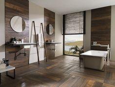 carrelage sol salle de bain imitation bois, lambris mural en bois massif, miroir rond design et baignoire design