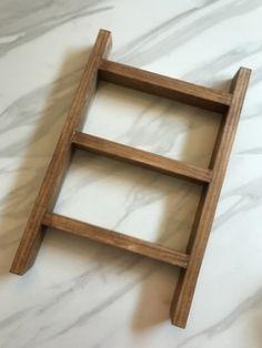 DIY Mini Ladder - Tea Towel Holder Old Wood Ladder, Diy Ladder, Diy Blanket Ladder, Ladder Decor, Small Ladder, Towel Display, Scrap Wood Projects, Weaving Projects, Restaurant