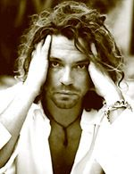 michael hutchins (1997), Australian singer and songwriter (INXS), hanged himself with a belt.