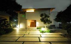 夜は建物からの光と数箇所の屋外用照明で 落ち着いた雰囲気を醸し出します。