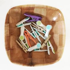 Sensory treasure baskets help your child learn and explore new objects and textures while building motor skills and having fun. Infant Sensory Activities, Baby Sensory Play, Sensory Bins, Baby Play, Montessori Baby, Montessori Activities, Baby Treasure Basket, Heuristic Play, Baby Planning