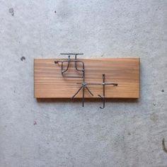 表札(ネームプレート)って、意外と人の目に付くもの!お洒落な表札を掲げているお家は、中の人のセンスもいいんだろうなぁ、と想像させてくれます。 材料は100均で揃えることもできるし、楽しくDIYされている方もいっぱい。簡単に可愛く作れるアイデアをご紹介いたします。 Sign Board Design, Retail Signage, Signage Design, Deco Furniture, Wabi Sabi, Diy And Crafts, Interior Design, Wood, Signages