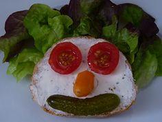 Rezept Brötligsicht – Oftmals muss es überhaupt nichts Aufwändiges sein, das Kinder begeistert. Und ein fröhlich lachendes Gesicht reicht meist völlig aus. Kochen für Kinder ist nicht immer ganz einfach, aber mit ein paar kleinen Tricks begeisterst du auch die mäkeligsten Esserinnen & Esser am Tisch. #Brötli #Brötchen #belegtesBrot #EssenmitKindern #KochenfürKinder #Kinderessen #Kindermenu #Kindergericht  #kalorienarm #Zwischenmahlzeit #Snack #vegetarisch Avocado Toast, Tricks, Breakfast, Food, Kid Cooking, Recipes For Children, Laughing Face, Simple, Healthy Drinks