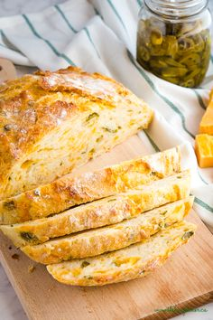 This Easy No Knead Jalapeno Cheese Artisan Bread is the BEST savoury bread for sandwiches Its packed with spicy pickled jalapeños and real cheddar cheese Recipe fr. Artisan Bread Recipes, Easy Bread Recipes, Cheese Recipes, Gourmet Recipes, Cooking Recipes, Healthy Homemade Bread, Healthy Bread Recipes, Ramen Recipes, Artisan Food