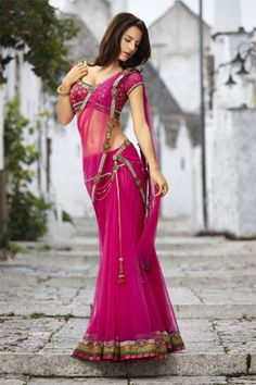 Obsessed with the whole 2011 Seasons saree collection Beautiful Saree, Beautiful Models, Indian Attire, Indian Wear, Indian Dresses, Indian Outfits, Indian Beauty Saree, Indian Sarees, Elegant Saree