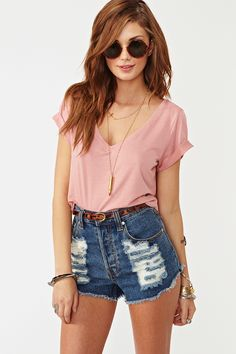 I just loved the whole relaxed/slightly over-sized v-neck tucked into some high-waisted jeans. This look just screams Kelly Kapowski throw-back and I love. I also love her hair style and color - may rock it this summer.