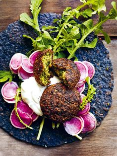 Got Canned Chickpeas? Try Making This Oven-Baked Green Falafel Baked Falafel, Falafel Recipe, Spicy Recipes, Vegetarian Recipes, Savoury Recipes, Keto Recipes, Tahini Cookies Recipe, Tofu, Donna Hay Recipes