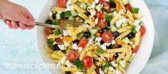 Makkelijke pastasalade met paprika, komkommer en feta, ideaal voor bij de barbecue