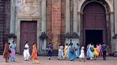 Indische Frauen vor der Basilika Bom Jesus, in welcher der Sarkophag des heiligen Francisco Xavier aufbewahrt ist.
