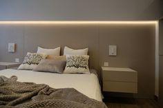 Dormitorio minimalista. Iluminación indirecta mediante led encastrado. Cabecero en chapa natural tintada. Mesillas suspendidas. Diseño realizado y coordinado por AZ diseño.