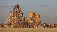 Une sculpture de 22 mètres représentant deux personnes qui s'embrassent a été réalisée par l'artiste Matt Schultz, qui rappelle que «malgré ...