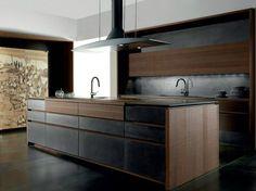 cuisine design italienne, îlot central en bois teinté, hotte en acier inox assortie et cadre décoratif