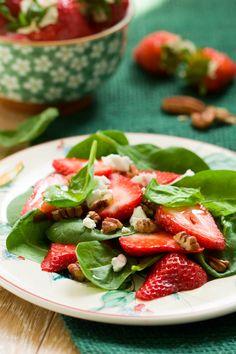 Sałatka z truskawkami i świeżym szpinakiem. Więcej: http://www.kobieta.info.pl/przepisy-kulinarne/1487-saatka-z-truskawkami-i-wieym-szpinakiem