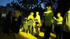 Avis aux jeunes femmes célibataires! Les nuits du 13 au 14 et du 14 au 15 juillet, Paris se transformera en une mosaïque dansante grâce aux incontournables bals des pompiers.