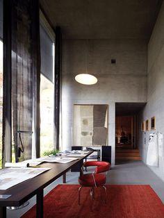 Home office com pé direito duplo Arquiteto: Peter Zumthor