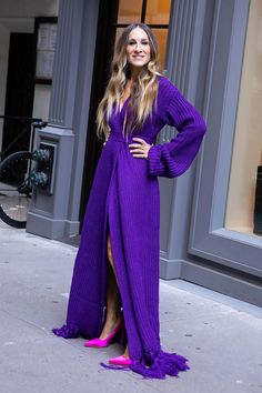 Sarah Jessica Parker in Hanifa poses during a photoshoot in NYC. #bestdressed Sarah Jessica Parker, Heidi Klum, Star Fashion, Fashion Outfits, London Film Festival, Nice Dresses, Summer Dresses, Cold Weather Outfits, Dress With Cardigan
