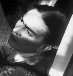 """A """"prettier"""" adaptation of Frida Kahlo's self-portrait has been circulating the internet. Frida's iconic look has been appropriated ever s… Diego Rivera, Natalie Clifford Barney, Attentat Paris, Frida And Diego, Frida Art, Atelier D Art, Mexico Art, Mexican Artists, Portraits"""