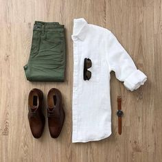 Olive jeans with a brown shoes ! + A nice white shirt 😍 More than amazing gri. Mens Style Guide, Men Style Tips, Mode Man, Olive Jeans, Casual Outfits, Men Casual, Casual Chic, Man Style Casual, White Shirt Outfits