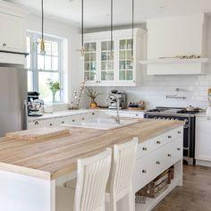6 ideas for choosing or relooking your kitchen credenza - My Romodel Kitchen Dinning, Ikea Kitchen, Kitchen Decor, Kitchen Design, Dining Area, Luxury Kitchens, Home Kitchens, Home Interior, Kitchen Interior