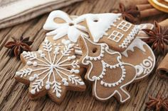 This is the perfect recipe for sugar cookie icing. Easy to make - it looks and tastes great, and will make it easy for you to decorate cookies. Includes cookie decorating tips! Christmas Tree Biscuits, Christmas Baking, Christmas Time, Christmas Sweets, Christmas Cookie Icing, Christmas Feeling, Merry Christmas, How To Make Gingerbread, Christmas Gingerbread