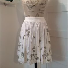 """✨4x HOST PICK✨D&G Embellished Skirt Gorgeous Dolce & Gabbana white embellished flower skirt! I took the the tags off to wear to an event, but never wore it. I love, love this skirt, but it's time to find it a new and loving home! Italian size 44, total length 18"""". Comes with the original D&G envelope of extra beads and extra button. I would be happy to provide additional photos or answer any questions! ⚡️NO TRADES PLEASE. PRICE FIRM⚡️ Dolce & Gabbana Skirts"""
