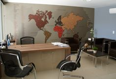 Produto criado por nosso escritório. Mapa Mundi em MDF e Adesivo. Este ocupa toda uma parede de um escritório comercial. No mapa os clientes podem marcar através de adesivos os lugares por onde viajaram. Leandro Selister - Mapa Mundi para Escritório Comercial - www.leandroselister.com.br