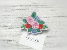 かわいいピンク色のバラのブーケを手刺繍でブローチにしました。バラのまわりを青のお花、赤いお花が二輪づつ取り囲んでいます♫やさしいフェミニンな雰囲気ですので、ガ...|ハンドメイド、手作り、手仕事品の通販・販売・購入ならCreema。