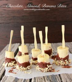 Frozen Chocolate, Almond, Banana Bites on are a healthy and delicious snack! Yummy Snacks, Yummy Treats, Delicious Desserts, Sweet Treats, Dessert Recipes, Yummy Food, Mini Desserts, Frozen Chocolate Bananas, Tortas Low Carb