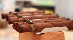 Ingredienser   Fransk nougat:      * 1 æggehvide      * 1 knivspids salt      * 75 ml. friskpresset ingefærsaft      * 60 ml. (88 g.) honning      * 250 g. sukker      * Vanilje      * 75 g. pistacienødder eller hasselnødder, ristede    Saltkaramel:      * 2 dl. fløde      * 80 g. rørsukker      * 1 spsk. sirup      * 1 tsk. groft salt/flagesalt    Småkage-cigar:      * 58 g. flormelis      * 5 g. kakaopulver      * 80 g. mel      * 68 g. smeltet smør      * 1½ æggehvider      * 1…