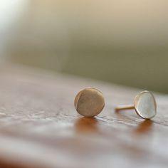 Argent sterling goujons boucles d'oreilles de 6mm disque organique petit poste. Rond cercle brossé satin mat finish goujons organiques minimalistes modernes de tous les jours