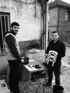 Esta foto foi tirada numa das ruas de Felgueiras estavam estes dois senhores a trabalhar e pelo que eu precebi eram funcionários de uma empresa de telecomunicações. Pelo menos um dos senhores encontrasse com colete reflector enquanto o outro não. Telhem idades semelhantes entre os 25 e 30 anos.O cenário como anteriormente tinha referido é na rua.