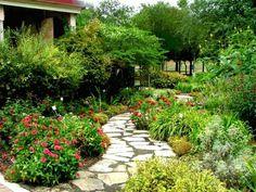 Blumen Garten gestalten Steinweg Bäume Sichtschutz