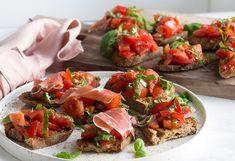 Bruschetta er en skøn og nem ret som passer perfekt til både tapas og som en lækker appetitvækker inden middagen - få en lækker opskrift her